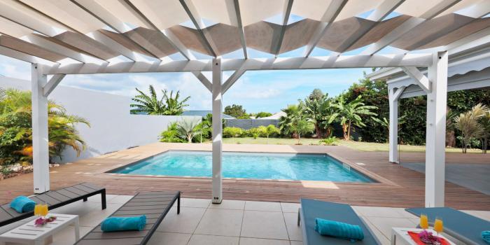 Location villa de standing avec piscine en Guadeloupe - Vue piscine