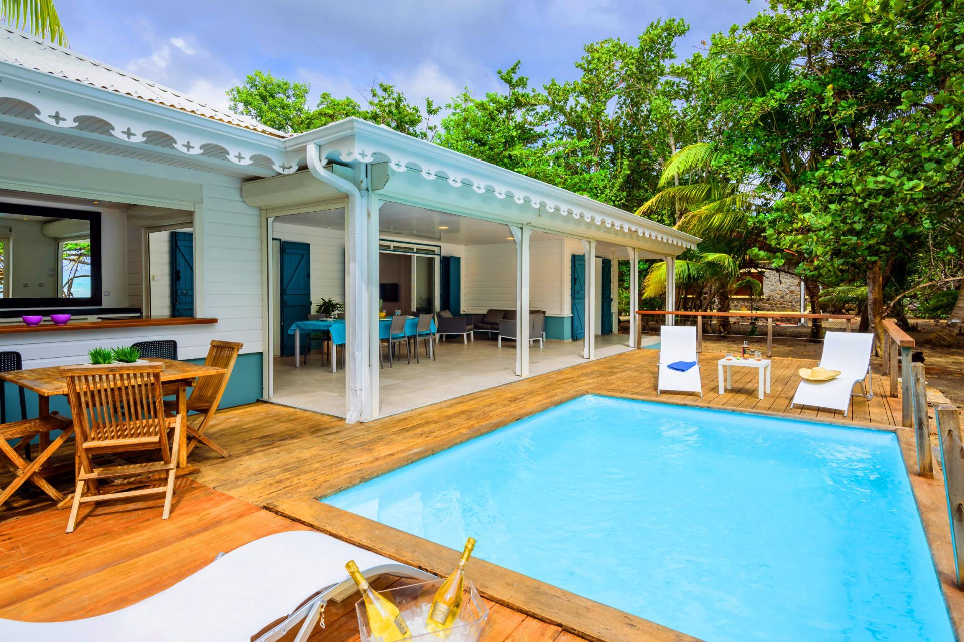 Villa grand standing les pieds dans l'eau piscine vue mer Martinique swimming pool