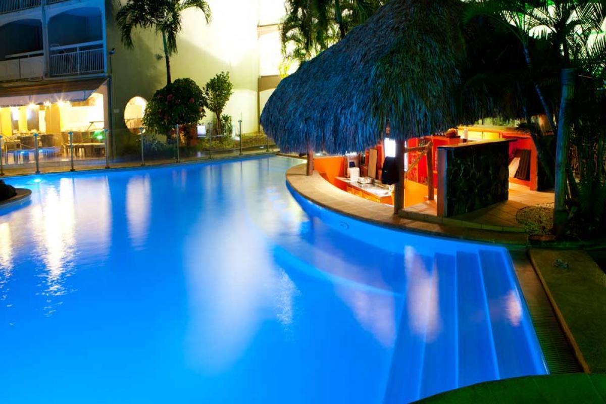 Hôtel Martinique - la piscine vue de nuit