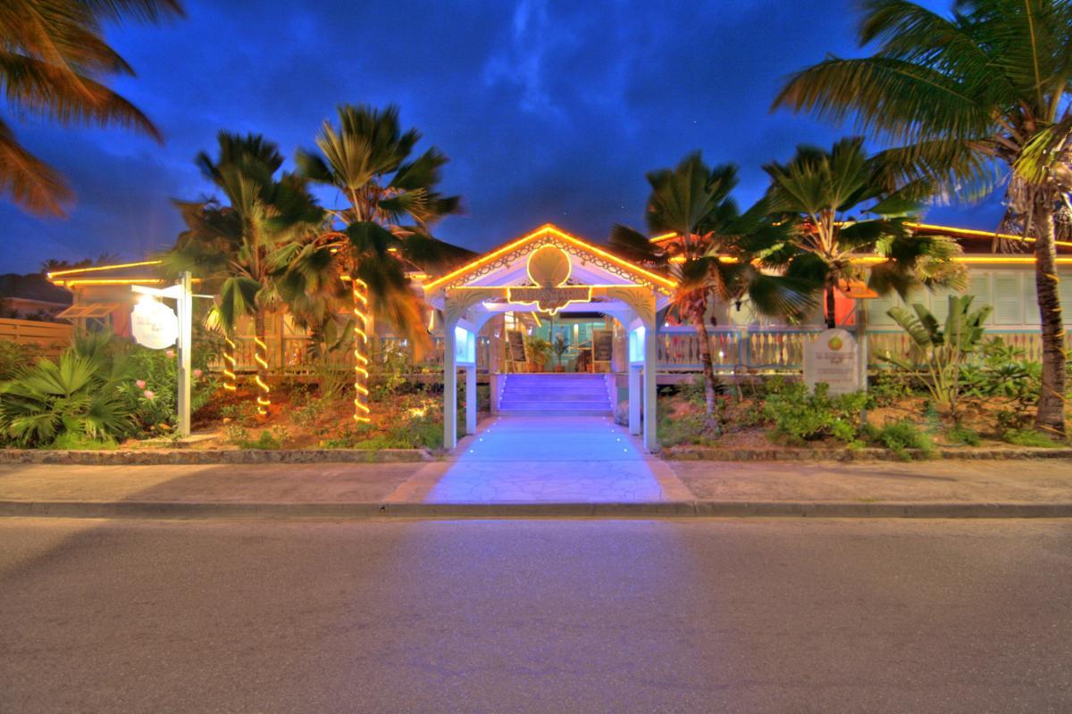Hôtel La Plantation - Entrée du restaurant Café Plantation de nuit
