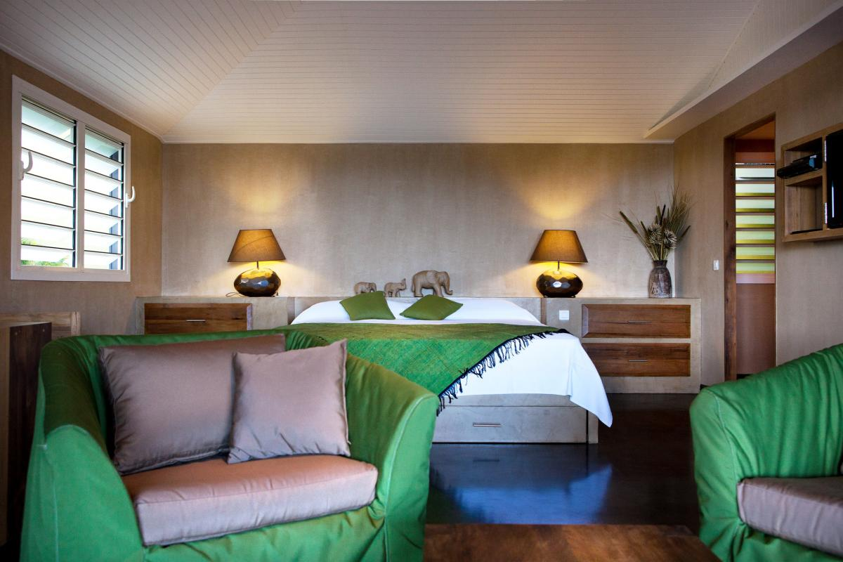 Hotel Karibuni Lodge - Espace salon et lit King Size Suite deluxe