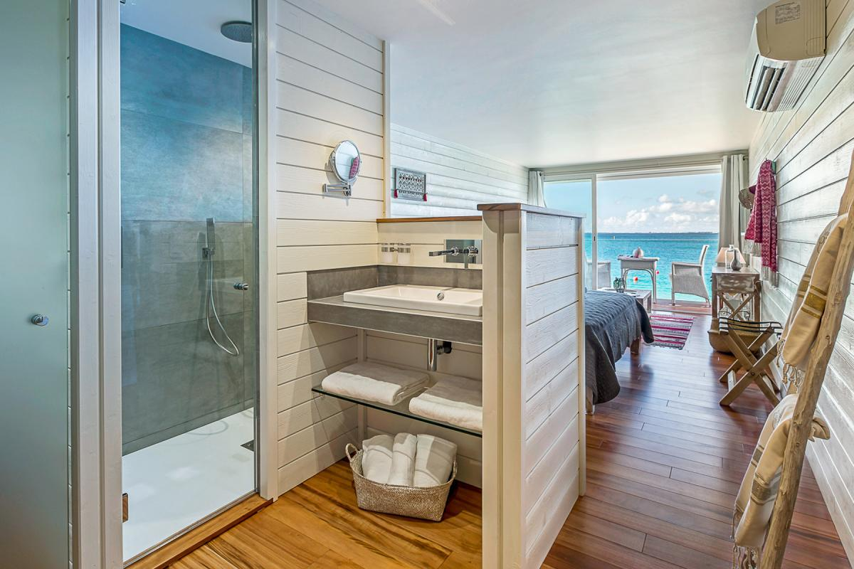 Le Temps des Cerises Boutique Hotel - Chambre vue mer et salle de douche
