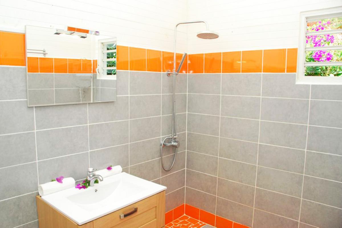 Location villa à 100m de la plage - Salle de douche de la suite mandarine