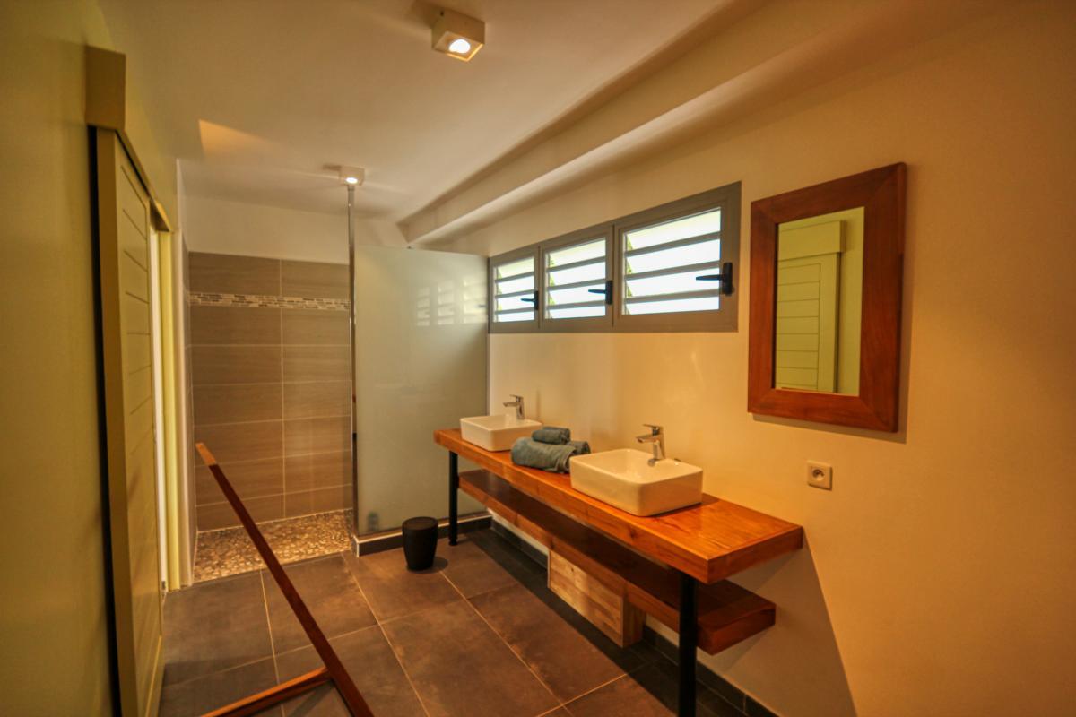 Villa à louer en Guadeloupe piscine et vue sur la mer - Chambre 2 Étage Salle de douche