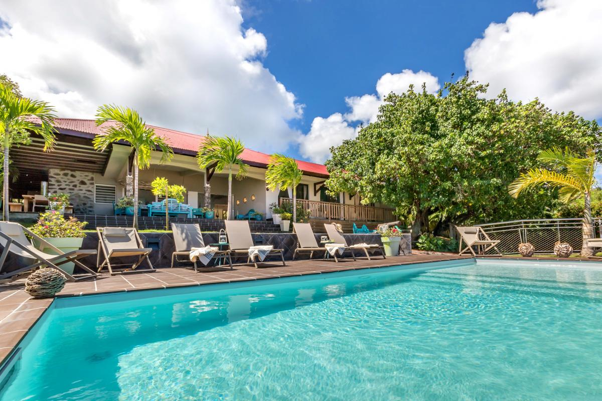 Location Villa de luxe Martinique vue piscine face à la mer