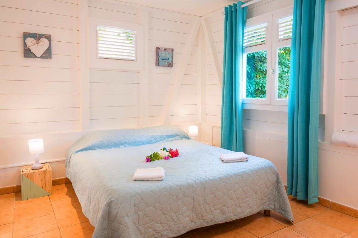 Villa grand standing les pieds dans l'eau piscine vue mer Martinique CH2