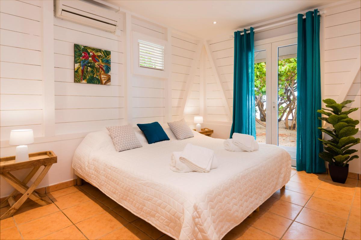 Villa grand standing les pieds dans l'eau piscine vue mer Martinique CH3