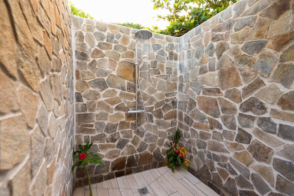 Villa grand standing les pieds dans l'eau piscine vue mer Martinique douche ext