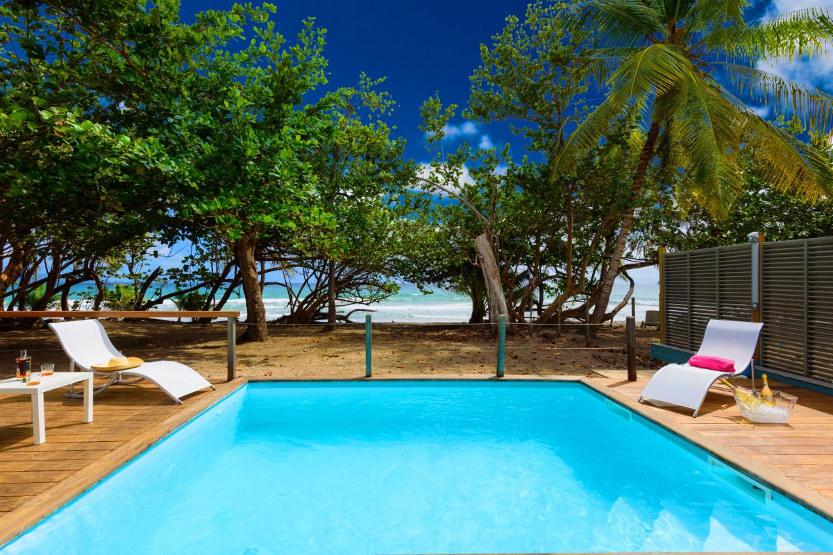 Villa grand standing les pieds dans l'eau piscine vue mer Martinique piscine