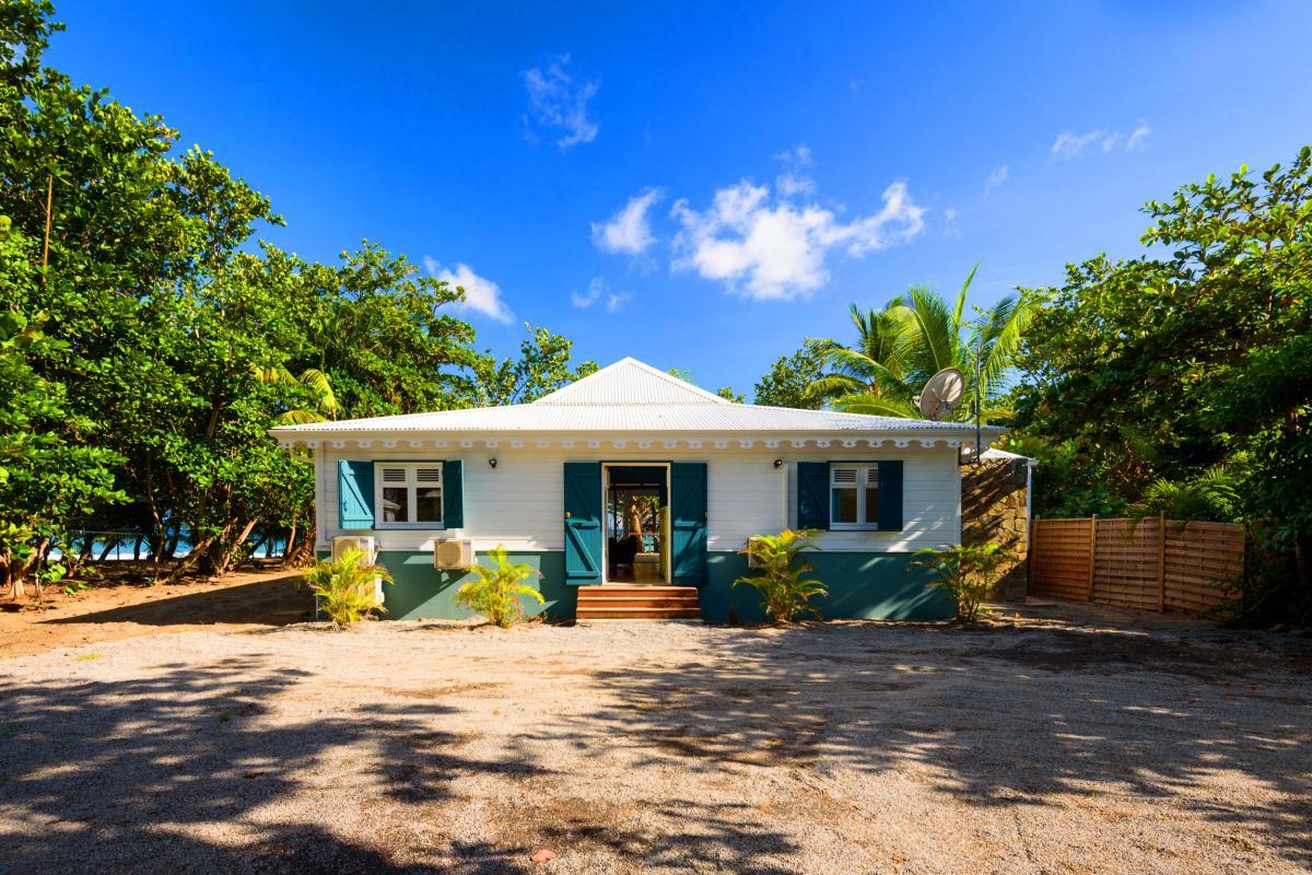 Villa grand standing les pieds dans l'eau piscine vue mer Martinique