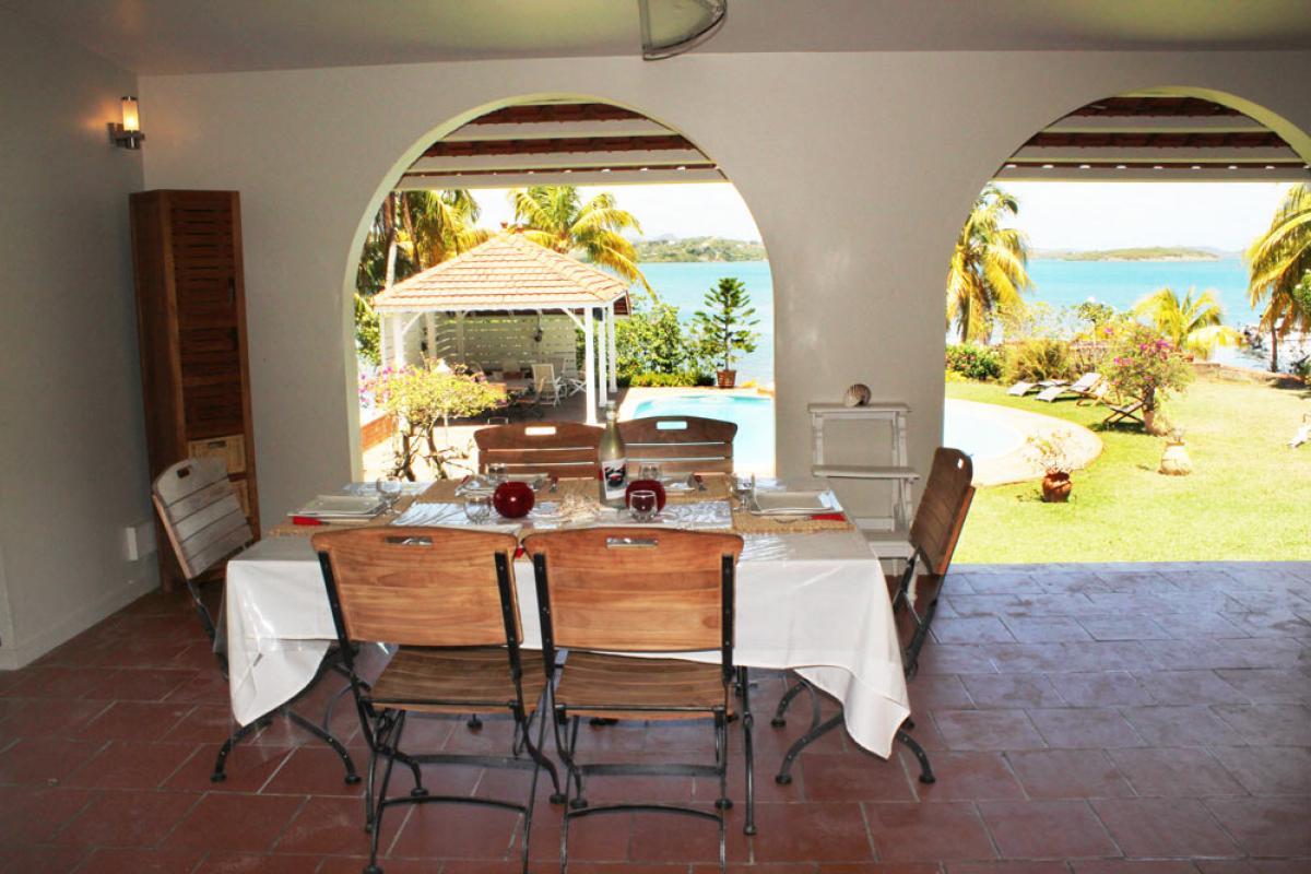 Villa Cap Est Martinique - Table à manger sur la terrasse