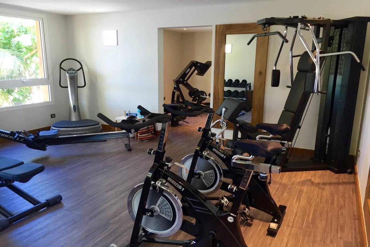 Location villa de grand luxe Martinique salle de fitness clim