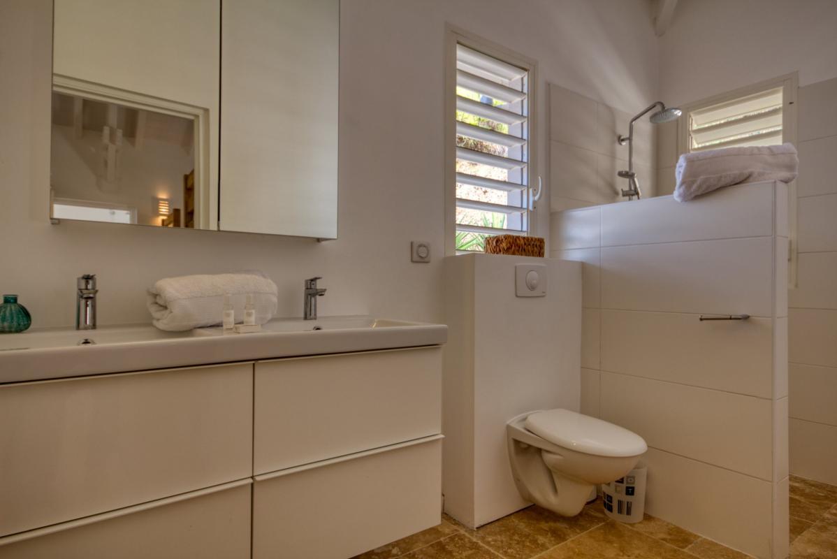 Location villa de luxe martinique au cap est - chambre étage 2 lits superposés et salle d'eau privative