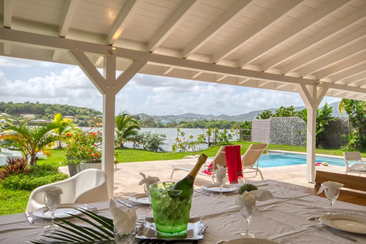 Location villa de luxe martinique au cap est grande terrasse couverte avec table à manger