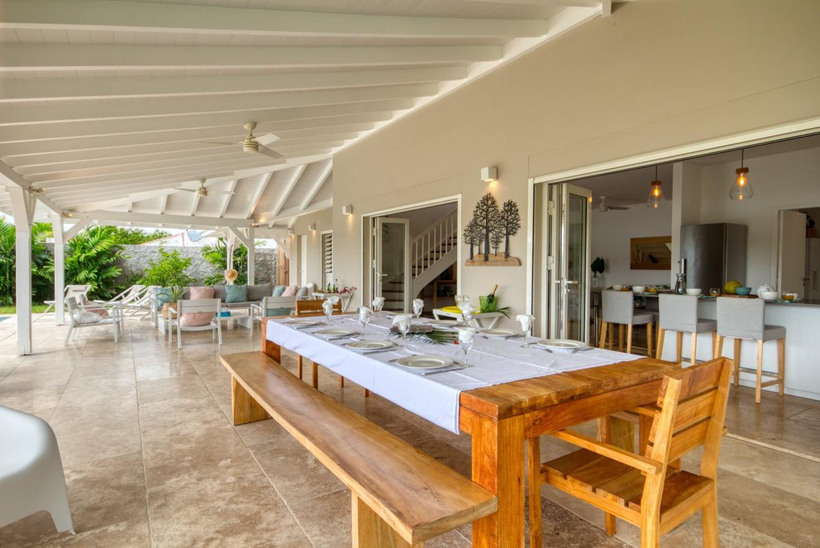 Location villa de luxe martinique grande terrasse couverte avec table à manger