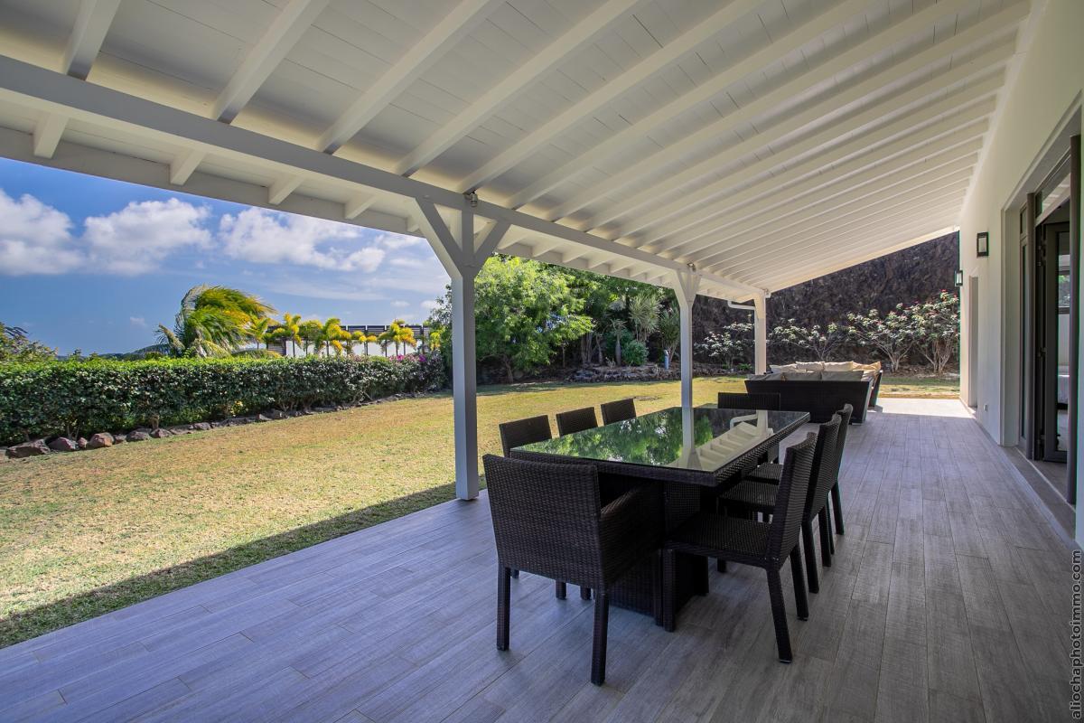 location villa de luxe martinique terrasse avec table à manger rez de jardin