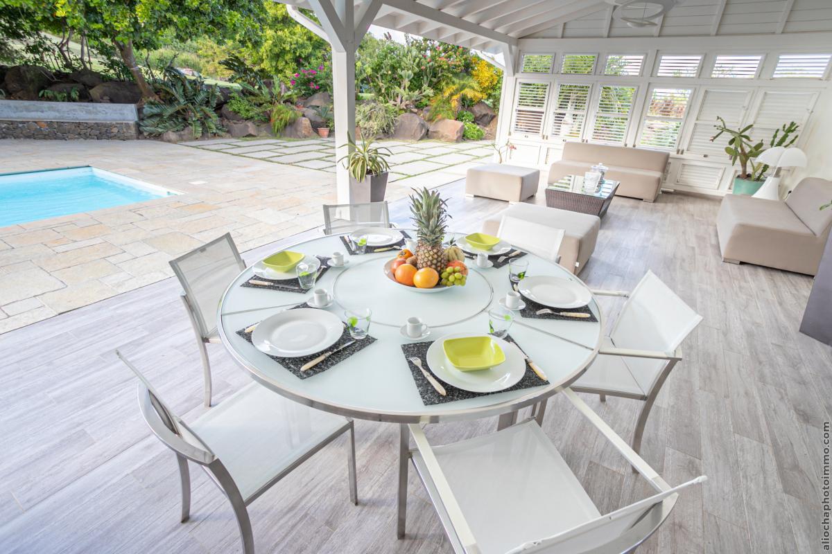 location villa de luxe salon terrasse vue piscine