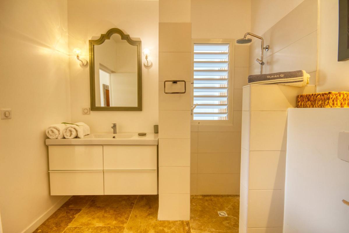location villa de luxe martinique salle d'eau chambre 1 vue 2