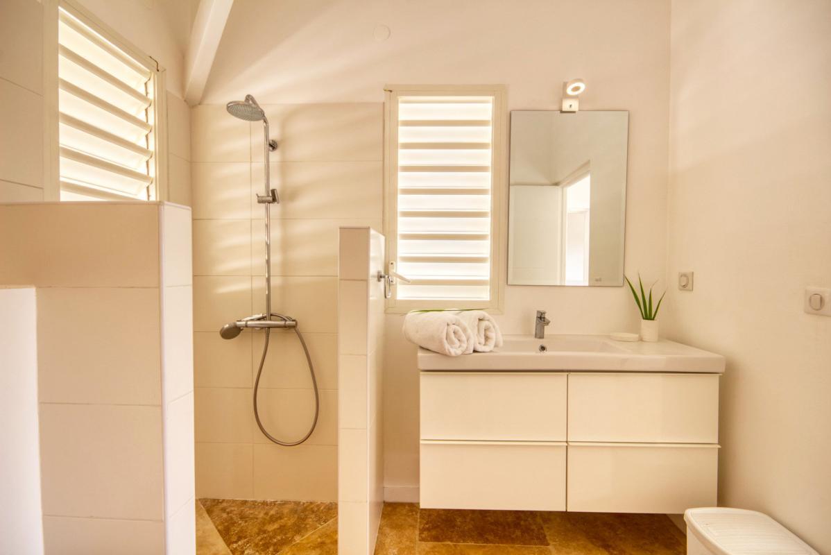location villa de luxe martinique salle d'eau chambre 3 vue 2