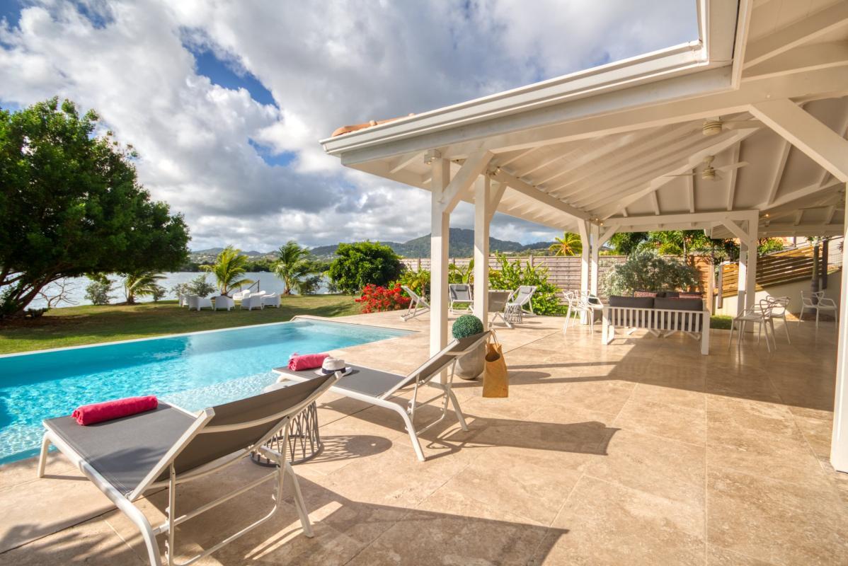 location villa de luxe martinique vue mer terrasse couverte et piscine