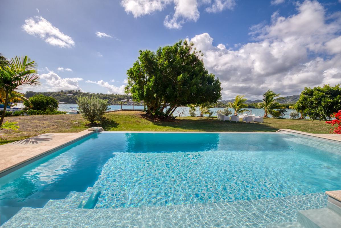 location villa martinique avec piscine à débordement vue mer au françois