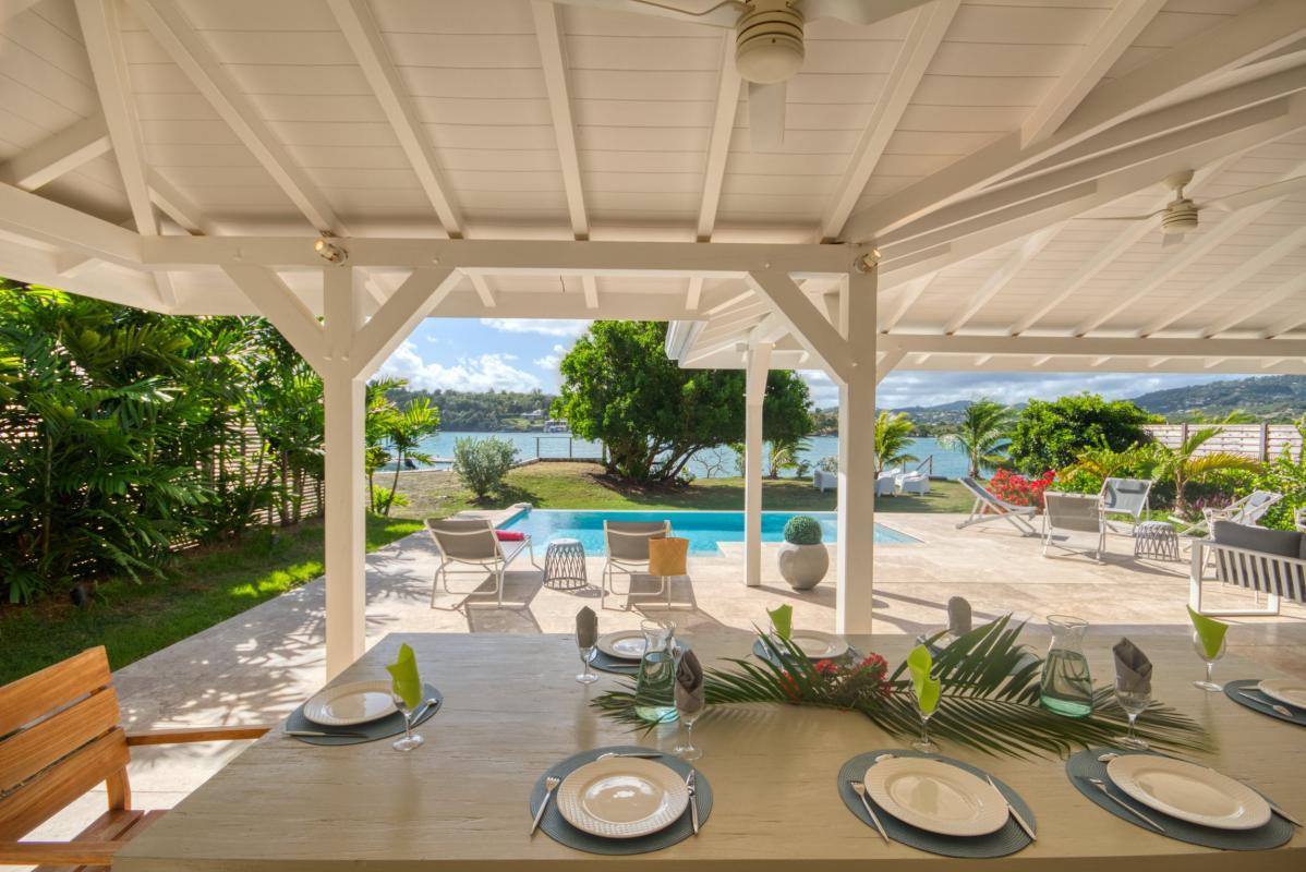 location villa martinique terrasse avec table à manger