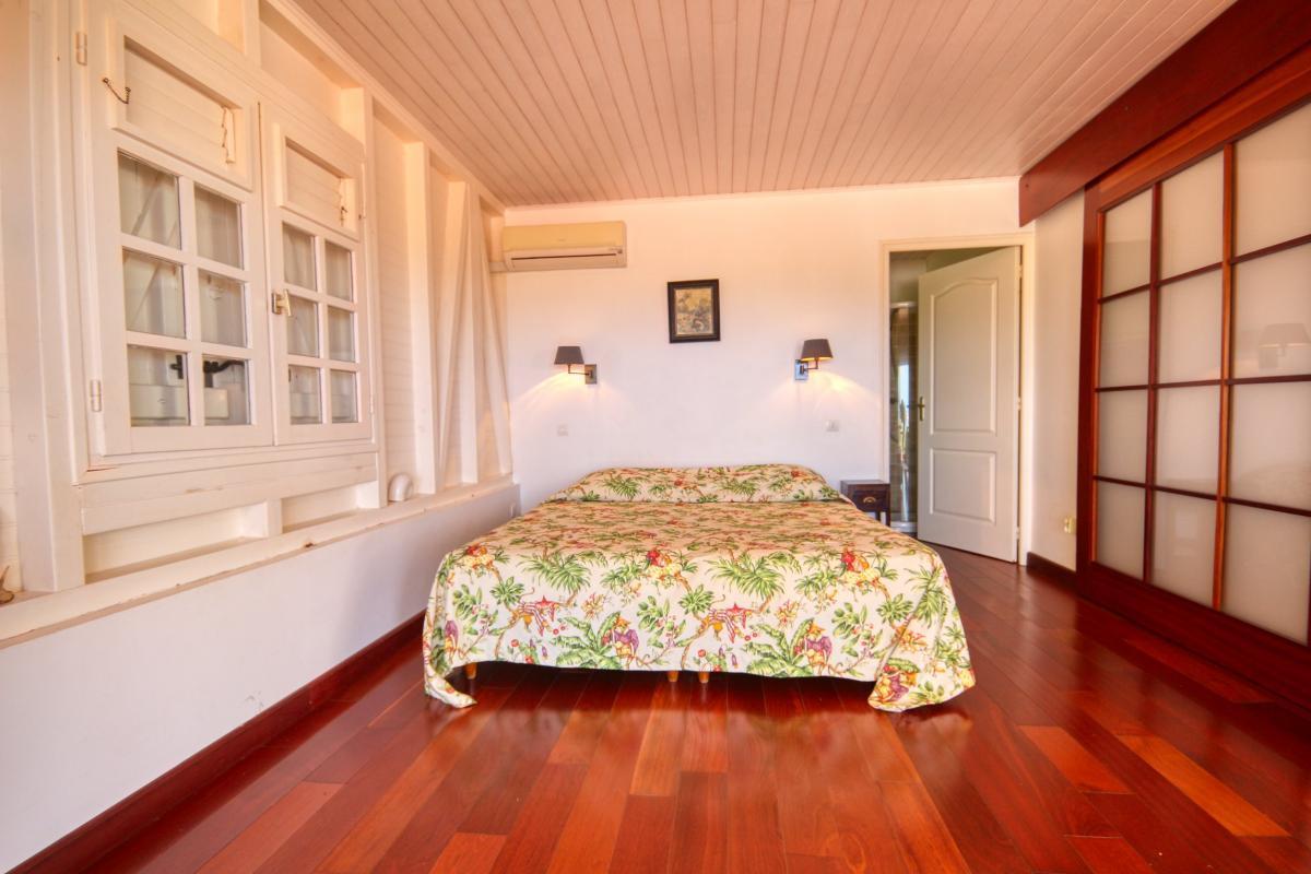 Location villa de standing piscine vue mer chambre1