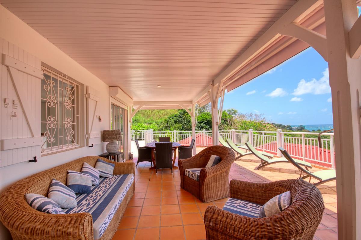 Location villa de standing piscine vue mer salon exterieur