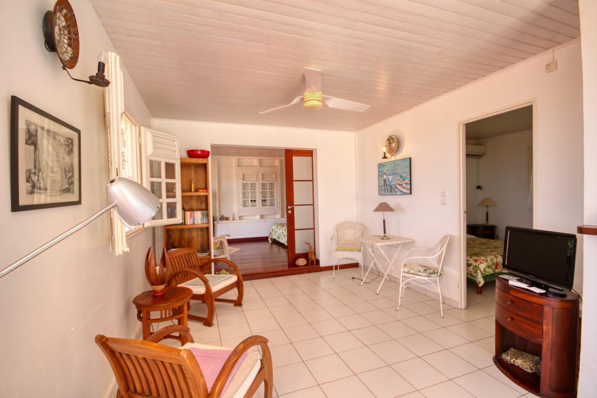 Location villa de standing piscine vue mer séjour tv