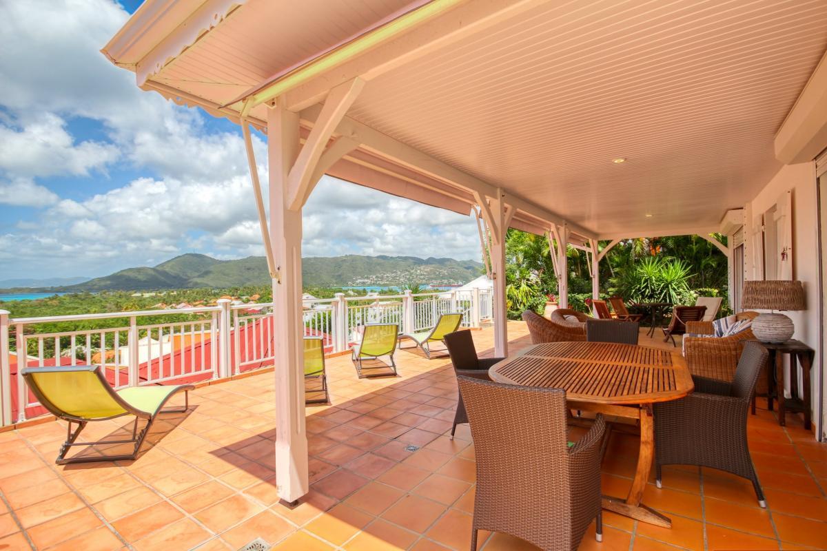 Location villa de standing piscine vue mer séjour