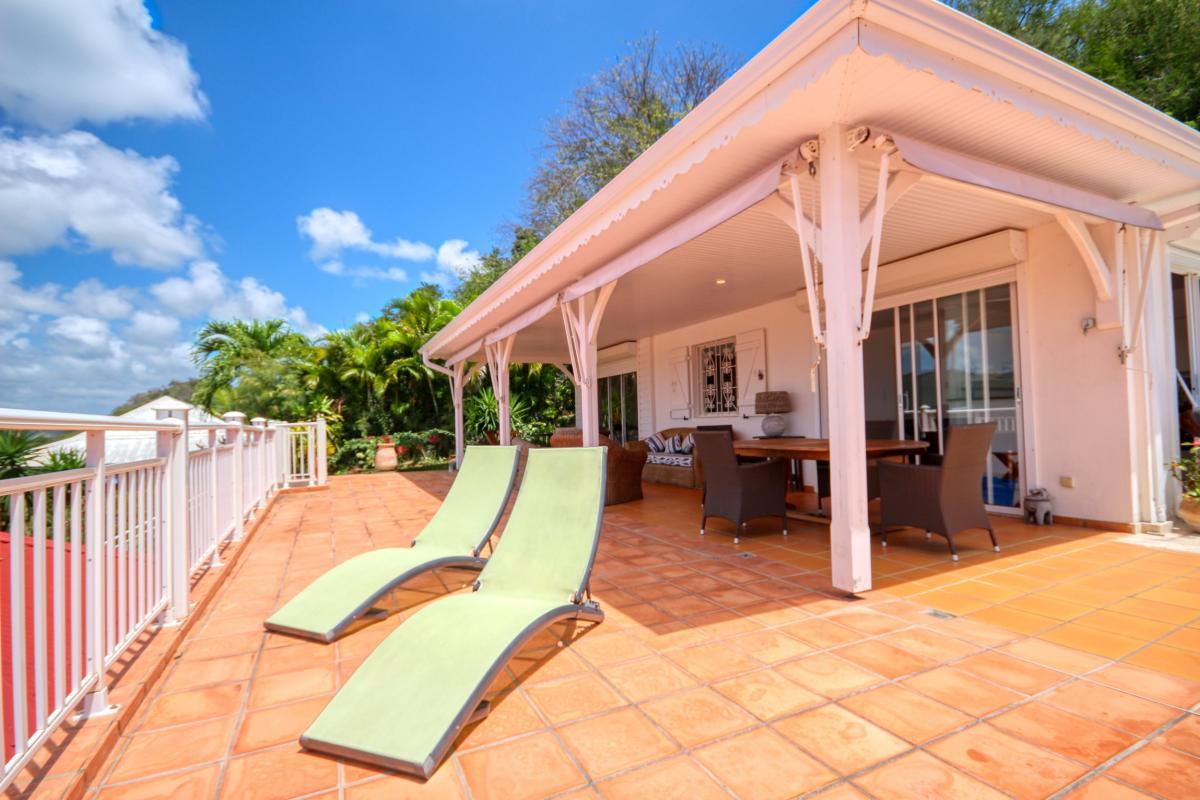 Location villa de standing piscine vue mer terrasse