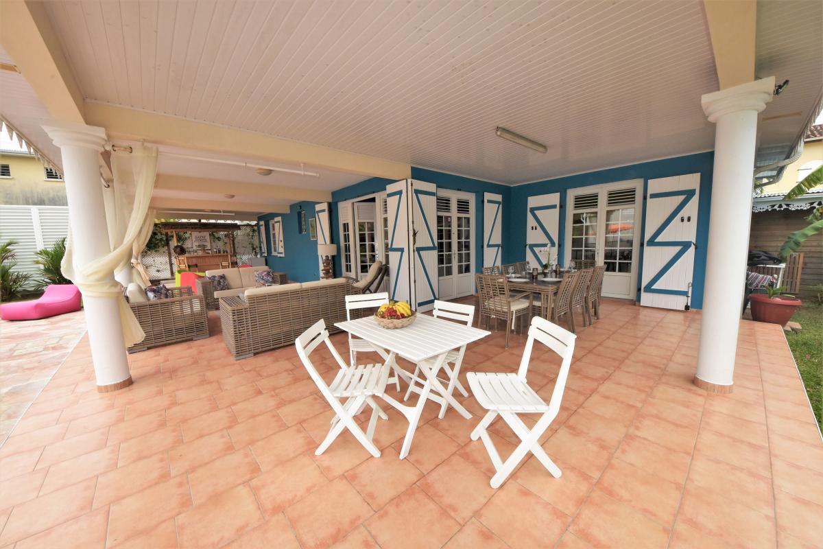 location villa martinique saint anne avec grand salon extérieur