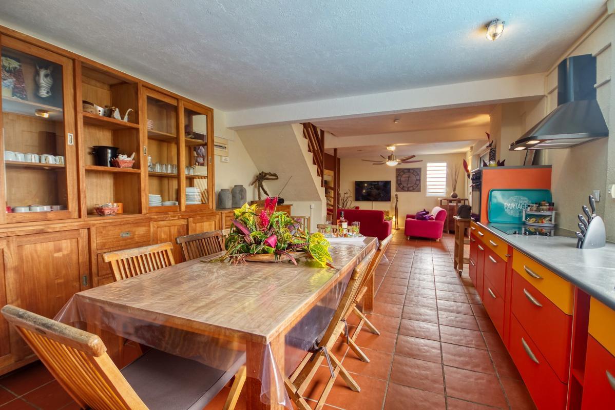 location villa de standing 12 personnes avec piscine à Sainte Anne Martinique salle à manger