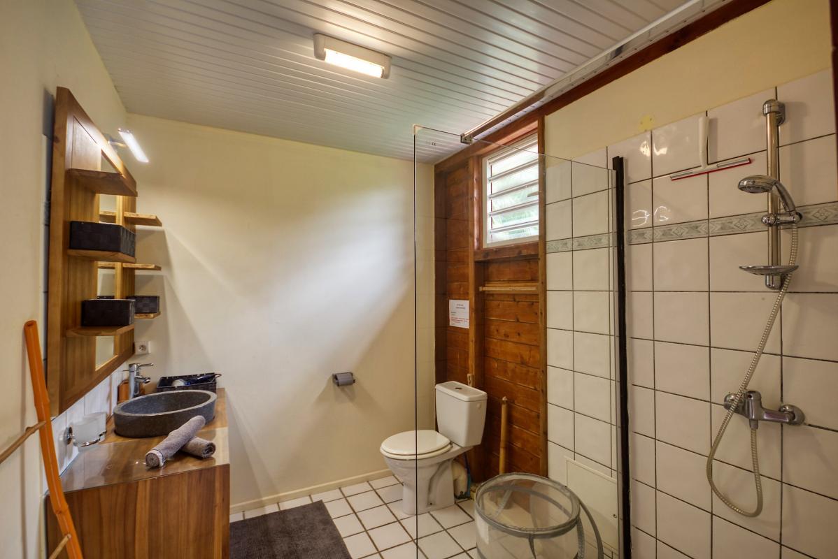 location villa de standing 12 personnes avec piscine à Sainte Anne Martinique salle d'eau privative chambre1
