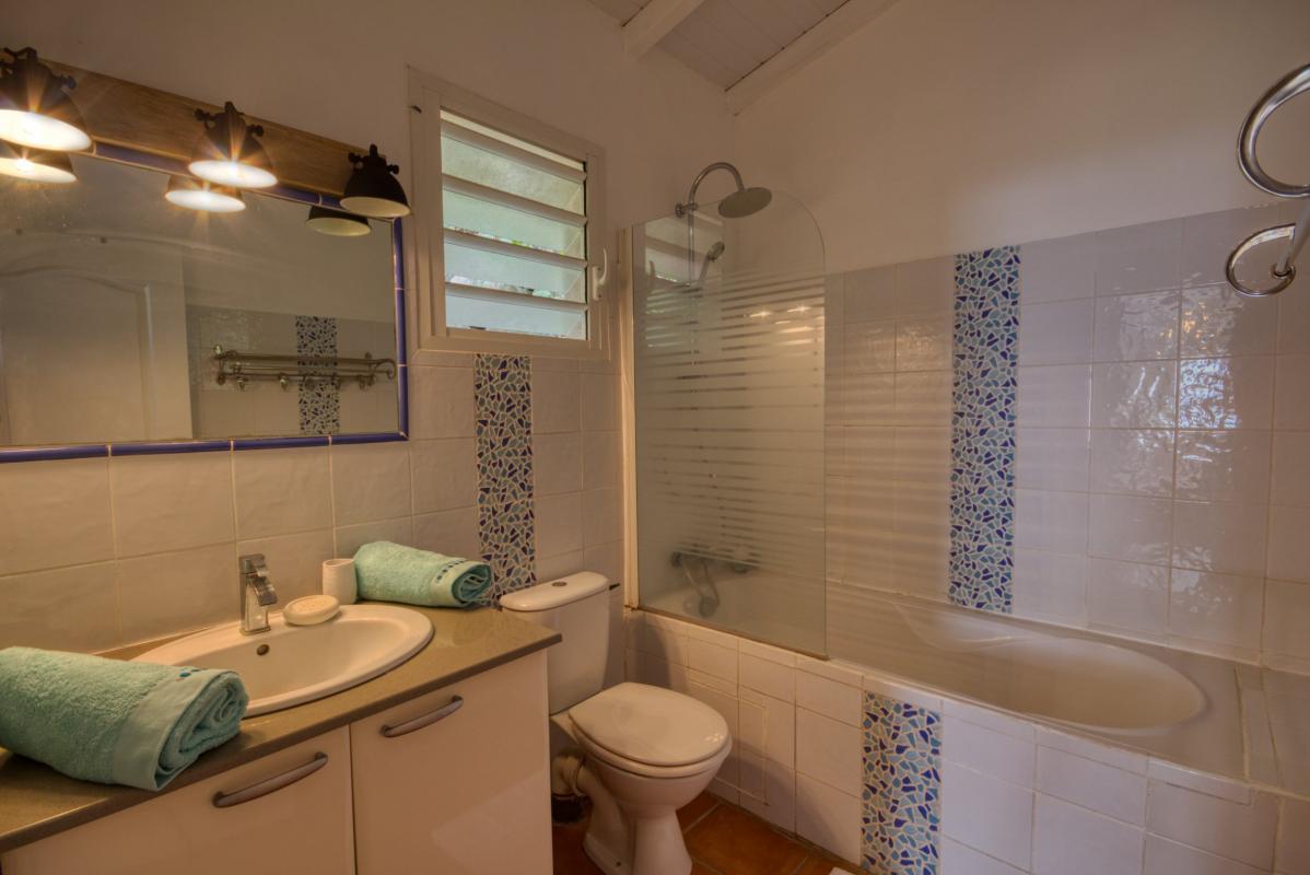location villa martinique salle d'eau chambre 1 vue 2