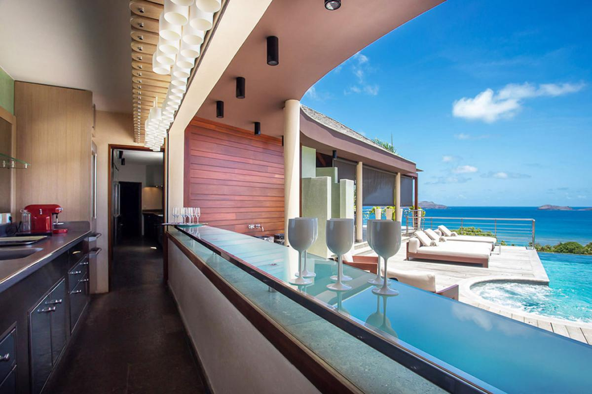 Location villa Camaruche - Le bar de la cuisine piscine
