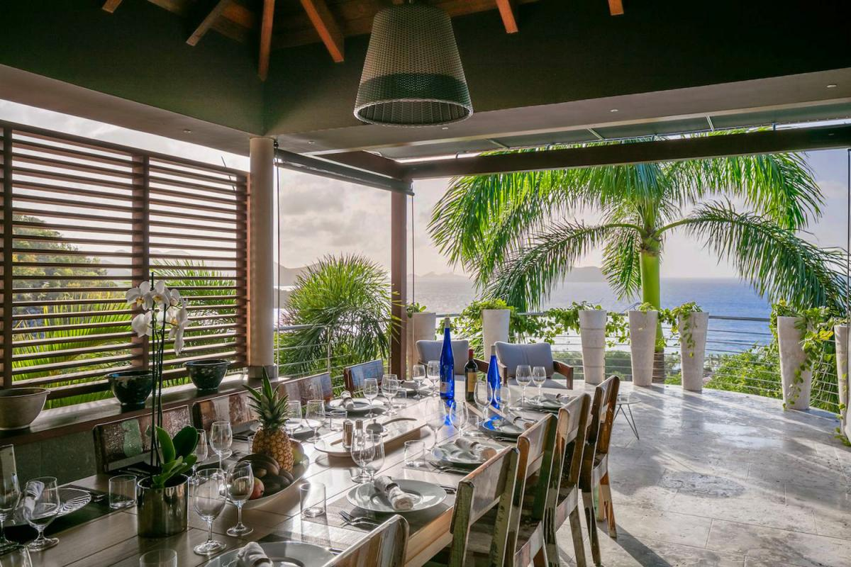 Location villa Camaruche - Le coin repas de la terrasse