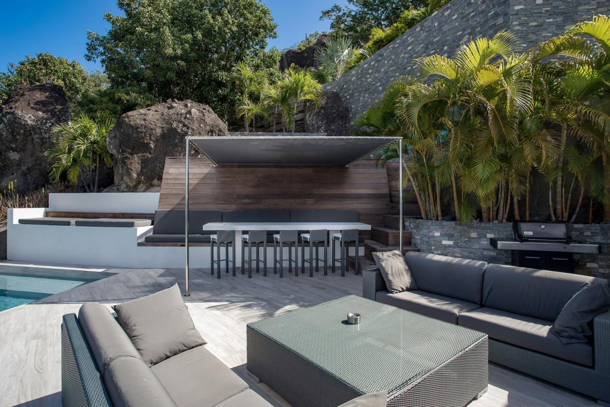 Location villa Camaruche - Coins salon et repas de la terrasse