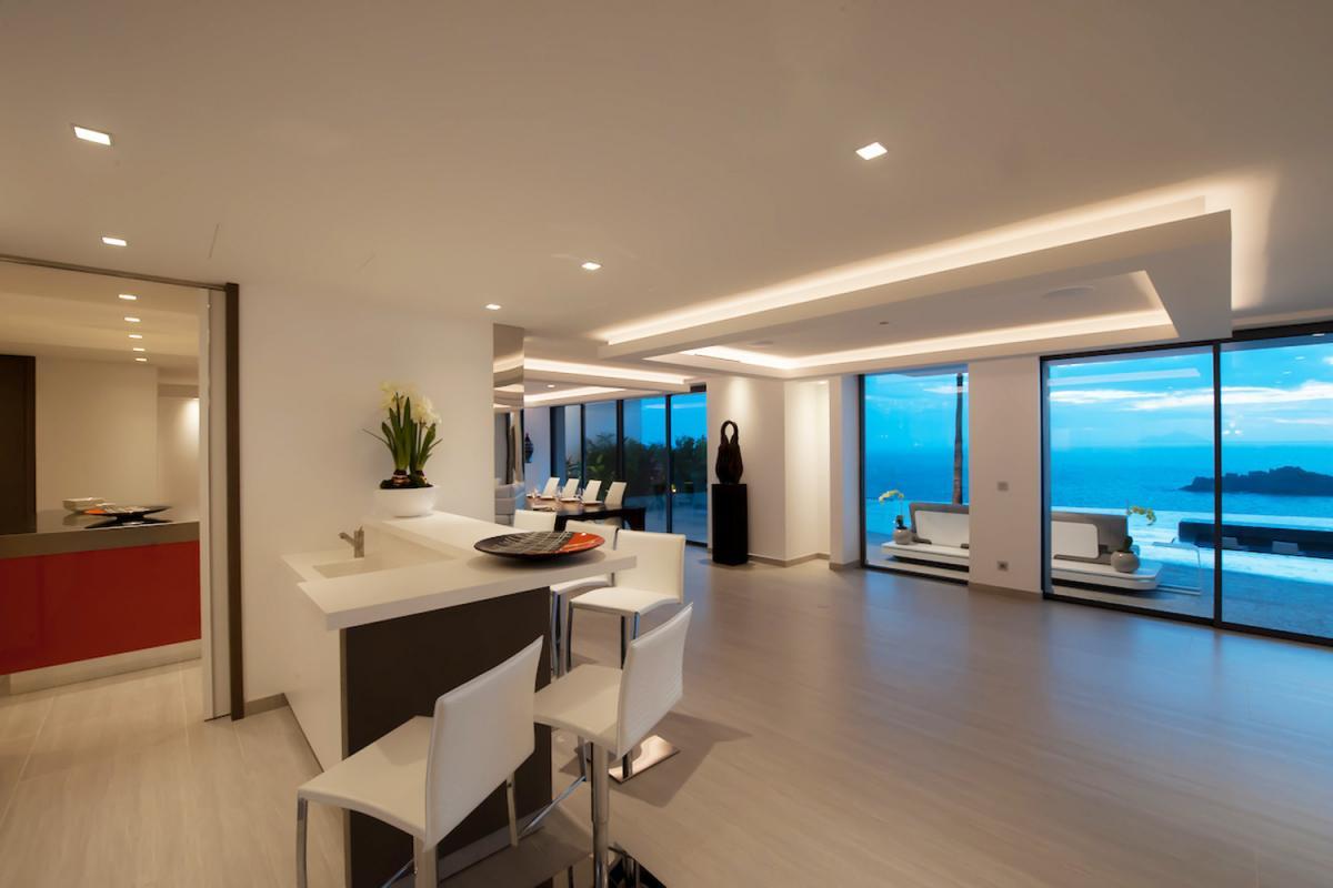 Location villa Gustavia - La pièce à vivre et la cuisine