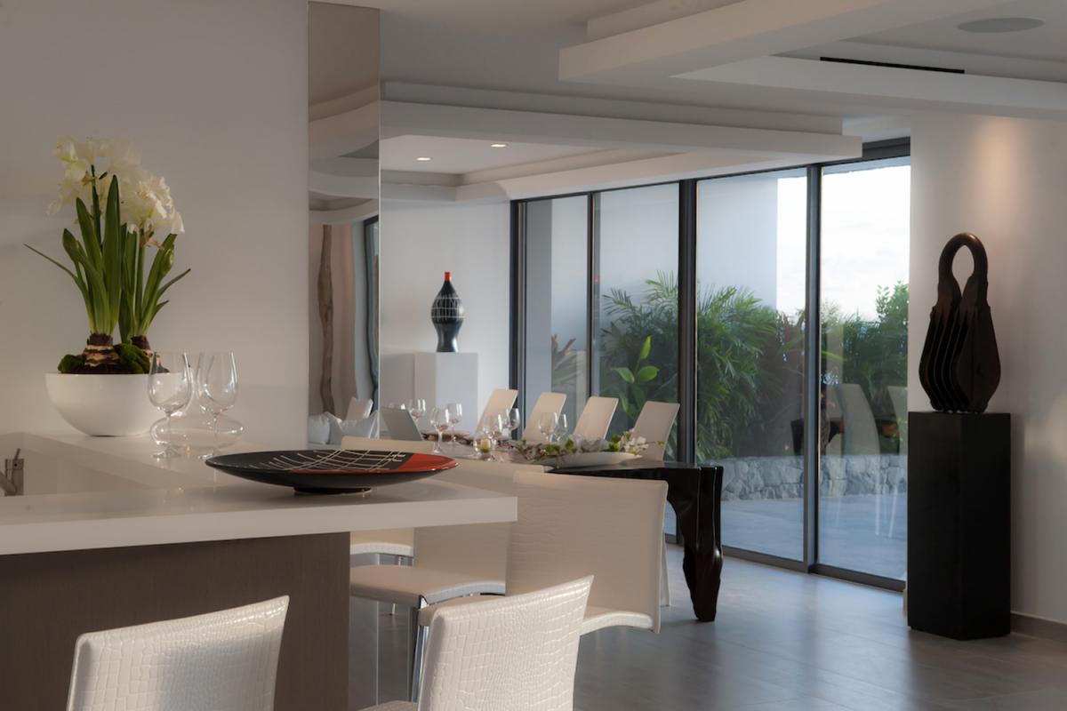 Location villa Gustavia - La salle à manger et le bar à vin